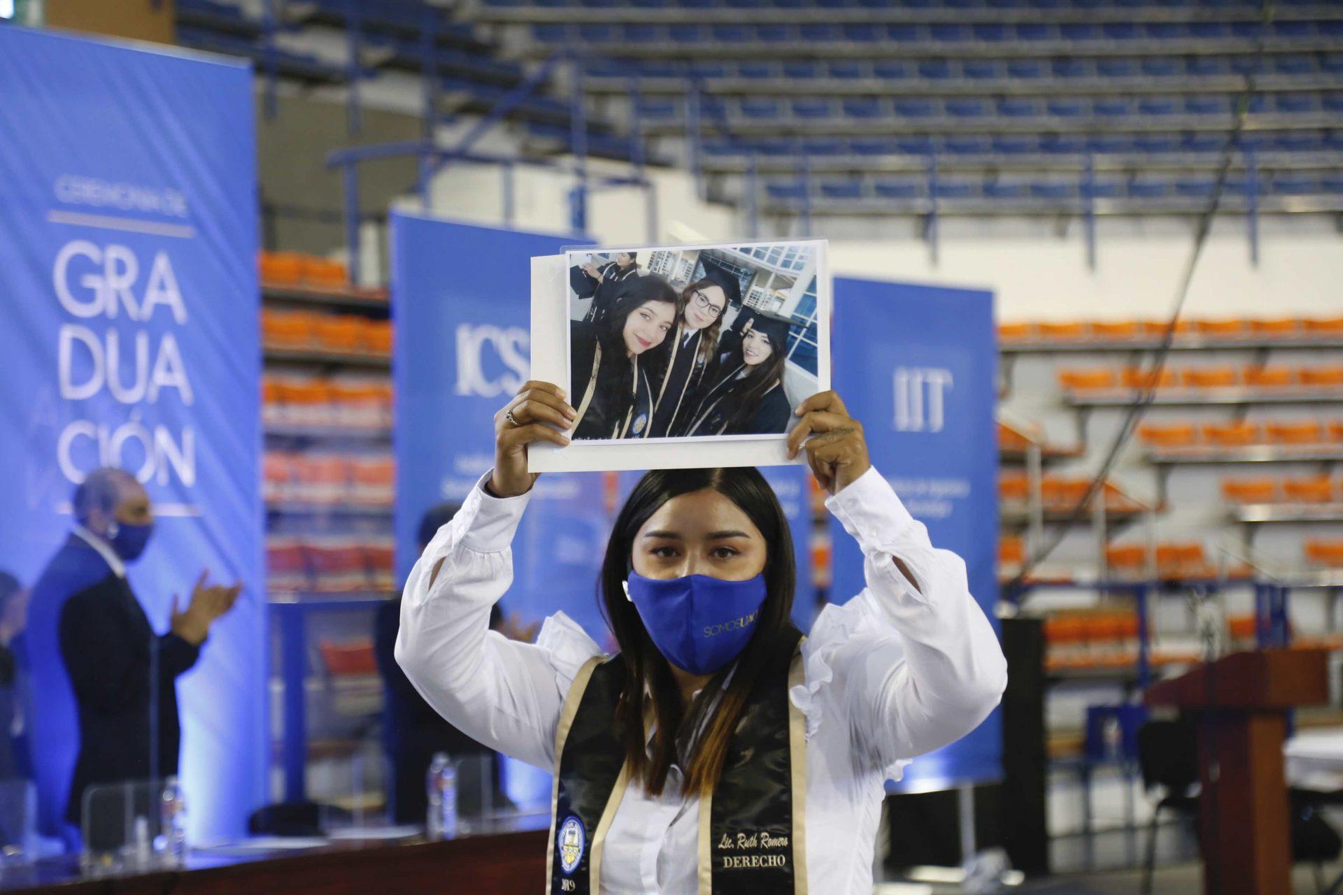 Emotivo cierre de graduaciones en la UACJ